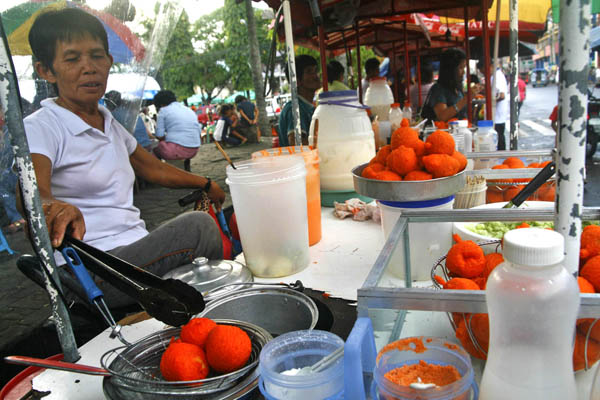 Rufa Baynosa, 60, prepares kwek-kwek (deep fried hard-boiled egg with butter) along San Pedro Street, Davao City on Friday, January 27, 2012. Kwek-kwek is a popular street food item, and Baynosa said hers are clean and safe to eat. A recent study conducted by the Department of Science and Technology and the German-funded Center for International Migration and Development revealed that street foods being sold in Davao and Cagayan de Oro cities are unsafe due to high bacteria content, including E.Coli and Salmonella. MindaNews Photo by Ruby Thursday More