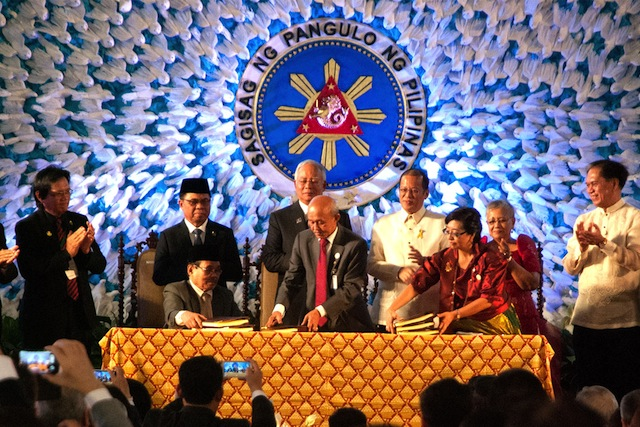 Siging of the Comprehensive Agreement on the Bangsamoro on March 27, 2014 in the gardens of Malacanang. Photo courtesy of Julius Mariveles / Philippine Center for Investigative Journalism